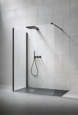 Douche à l'italienne transparente et minimaliste