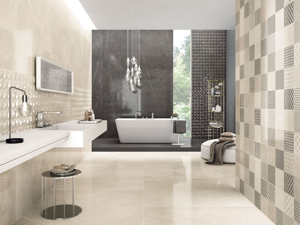 Salle de bain avec carrelage beige brillant